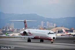 PoYi Tingさんが、台北松山空港で撮影した遠東航空 MD-82 (DC-9-82)の航空フォト(写真)