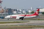遠森一郎さんが、福岡空港で撮影したティーウェイ航空 737-8ALの航空フォト(写真)