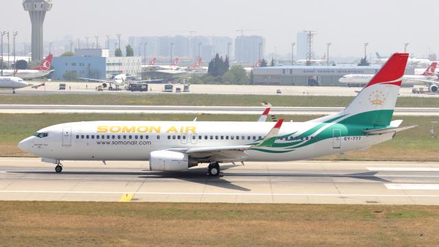 サモン・エア Boeing 737-800 EY...
