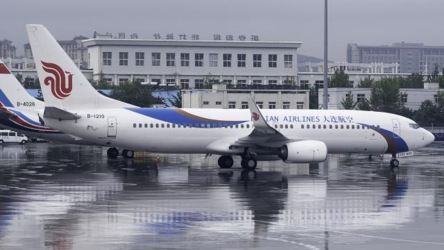 大連航空 Boeing 737-800 B-1210...
