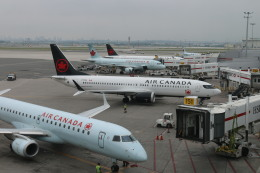 ババックンさんが、トロント・ピアソン国際空港で撮影したエア・カナダ 737-8-MAXの航空フォト(飛行機 写真・画像)