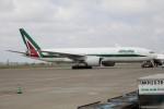 北の熊さんが、新千歳空港で撮影したアリタリア航空 777-243/ERの航空フォト(飛行機 写真・画像)