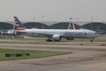 uhfxさんが、香港国際空港で撮影したアメリカン航空 777-323/ERの航空フォト(飛行機 写真・画像)