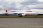 北の熊さんが、新千歳空港で撮影した航空自衛隊 777-3SB/ERの航空フォト(写真)