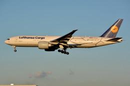 トロピカルさんが、成田国際空港で撮影したルフトハンザ・カーゴ 777-FBTの航空フォト(写真)