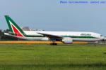 いおりさんが、成田国際空港で撮影したアリタリア航空 777-243/ERの航空フォト(写真)