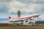 Cygnus00さんが、新千歳空港で撮影した航空自衛隊 777-3SB/ERの航空フォト(写真)