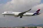 ぼんやりしまちゃんさんが、バルセロナ空港で撮影したカタール航空 A350-941XWBの航空フォト(写真)