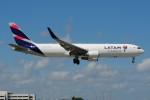 ぼんやりしまちゃんさんが、マイアミ国際空港で撮影したラタム・エアラインズ・チリ 767-316/ERの航空フォト(写真)