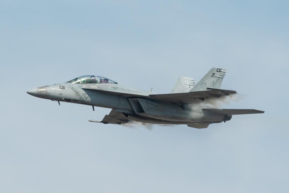 shingenさんのアメリカ海軍 Boeing F/A-18 (166921) 航空フォト