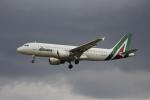 Musondaさんが、ロンドン・ヒースロー空港で撮影したアリタリア航空 A320-216の航空フォト(写真)