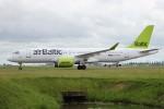 BTYUTAさんが、アムステルダム・スキポール国際空港で撮影したエア・バルティック A220-300 (BD-500-1A11)の航空フォト(写真)