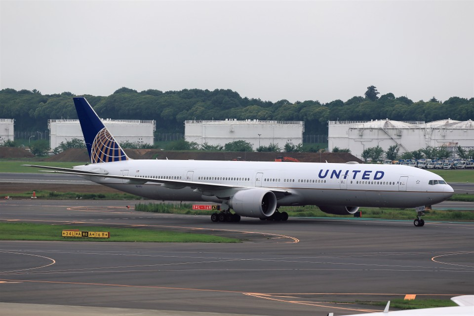 T.Sazenさんのユナイテッド航空 Boeing 777-300 (N2135U) 航空フォト