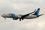 採れたてほしいもさんが、ロンドン・ヒースロー空港で撮影したエジプト航空 737-866の航空フォト(写真)