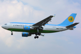Hariboさんが、ロンドン・ヒースロー空港で撮影したウズベキスタン航空 A310-324の航空フォト(飛行機 写真・画像)