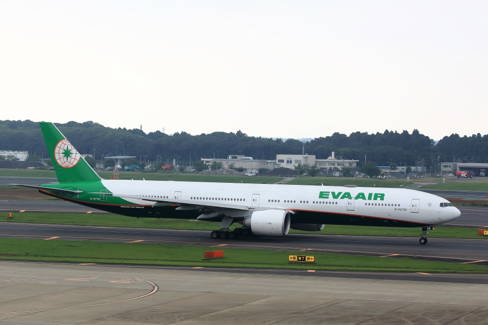 T.Sazenさんのエバー航空 Boeing 777-300 (B-16739) 航空フォト