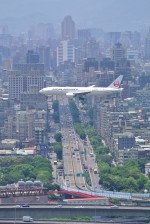 fukubeeさんが、台北松山空港で撮影した日本航空 777-246/ERの航空フォト(写真)