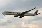 採れたてほしいもさんが、ロンドン・ヒースロー空港で撮影したカタール航空 A350-1041の航空フォト(写真)
