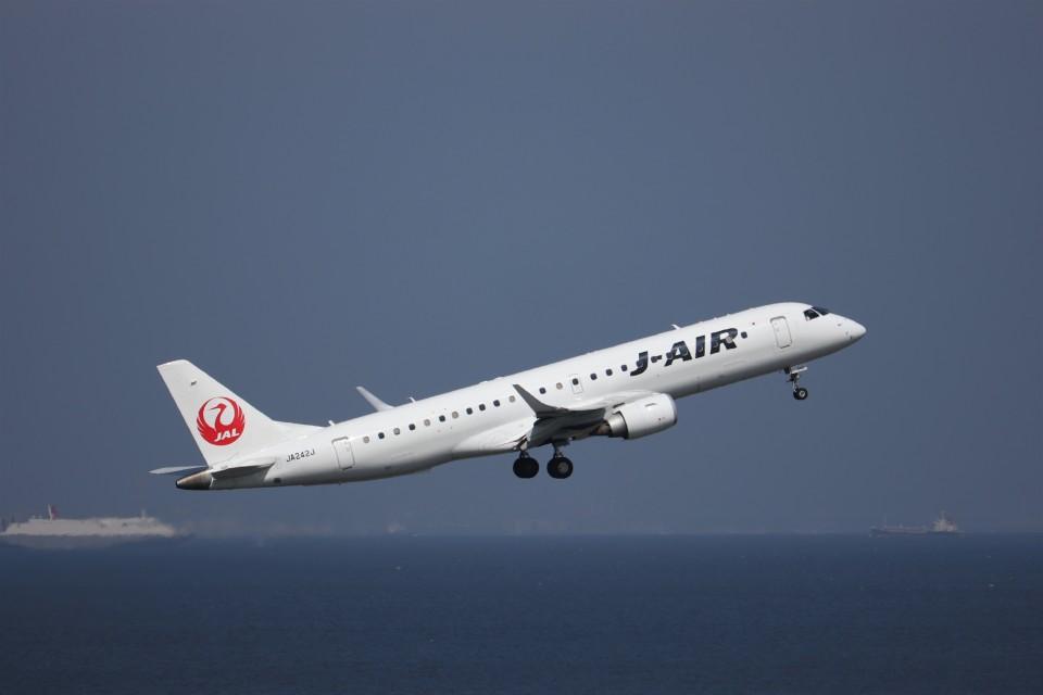 KAZFLYERさんのジェイ・エア Embraer ERJ-190 (JA242J) 航空フォト