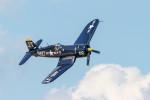 またぁりさんが、ウィットマンリージョナル空港で撮影したアメリカ個人所有 F4U-4 Corsairの航空フォト(写真)