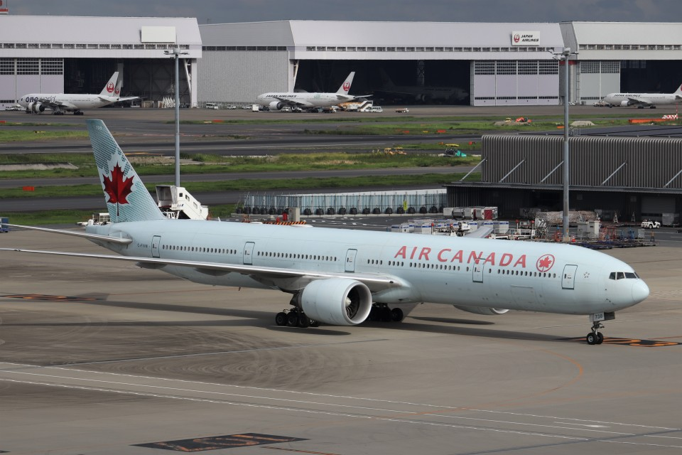 KAZFLYERさんのエア・カナダ Boeing 777-300 (C-FIVM) 航空フォト