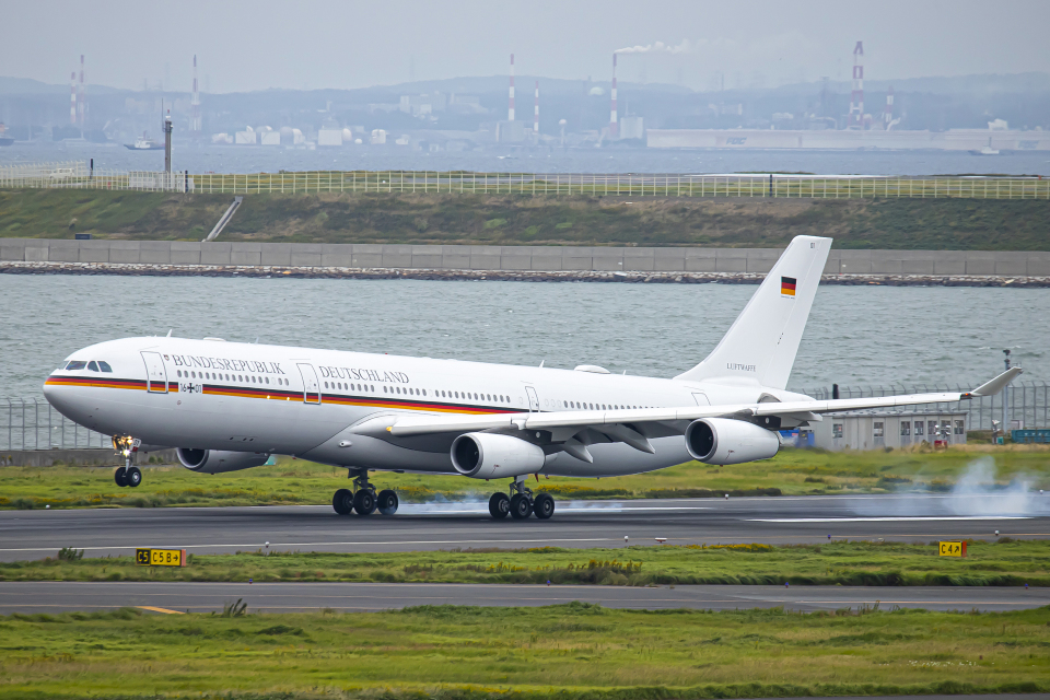 SGR RT 改さんのドイツ空軍 Airbus A340-300 (16-01) 航空フォト