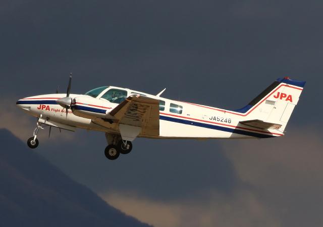 LOTUSさんが、鹿児島空港で撮影したジェイピーエー 58 Baronの航空フォト(飛行機 写真・画像)