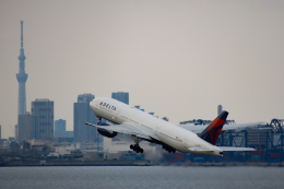 ゆーすきんさんが、羽田空港で撮影したデルタ航空 777-232/ERの航空フォト(飛行機 写真・画像)