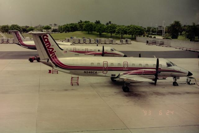 ヒロリンさんが、フォートローダーデール・ハリウッド国際空港で撮影したコムエアー EMB 120RTの航空フォト(飛行機 写真・画像)