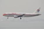 LEGACY-747さんが、香港国際空港で撮影した中国東方航空 A320-214の航空フォト(飛行機 写真・画像)