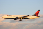 LEGACY-747さんが、成田国際空港で撮影したデルタ航空 767-332/ERの航空フォト(飛行機 写真・画像)