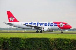 islandsさんが、アムステルダム・スキポール国際空港で撮影したエーデルワイス航空 A320-214の航空フォト(飛行機 写真・画像)