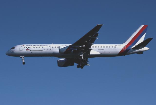 パール大山さんが、ロンドン・ガトウィック空港で撮影したロイヤル・ネパール航空 757-2F8Cの航空フォト(飛行機 写真・画像)