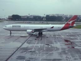 VEZEL 1500Xさんが、シンガポール・チャンギ国際空港で撮影したカンタス航空 A330-303の航空フォト(飛行機 写真・画像)
