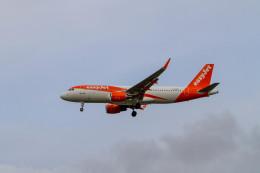 jombohさんが、ロンドン・ガトウィック空港で撮影したイージージェット A320-214の航空フォト(飛行機 写真・画像)