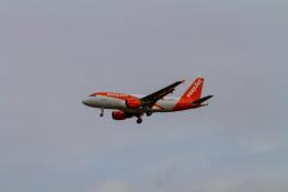 jombohさんが、ロンドン・ガトウィック空港で撮影したイージージェット A319-111の航空フォト(飛行機 写真・画像)