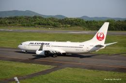 碇シンジさんが、岡山空港で撮影した日本航空 737-846の航空フォト(飛行機 写真・画像)