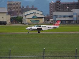 ここはどこ?さんが、札幌飛行場で撮影したジェイピーエー 58 Baronの航空フォト(飛行機 写真・画像)