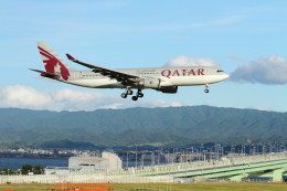 コニタンよっちゃんさんが、関西国際空港で撮影したカタール航空 A330-202の航空フォト(飛行機 写真・画像)