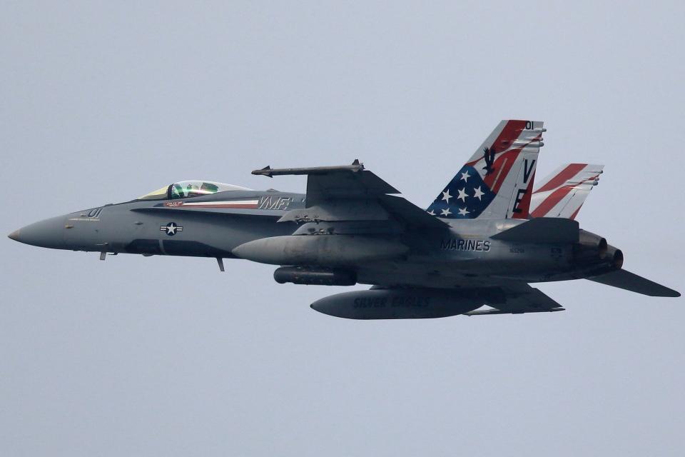 take_2014さんのアメリカ海兵隊 McDonnell Douglas F/A-18 Hornet (165201) 航空フォト