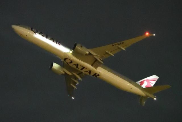 木人さんが、成田国際空港で撮影したカタール航空 777-3DZ/ERの航空フォト(飛行機 写真・画像)
