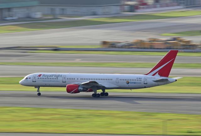 Souma2005さんが、香港国際空港で撮影したロイヤル・フライト 757-231の航空フォト(飛行機 写真・画像)