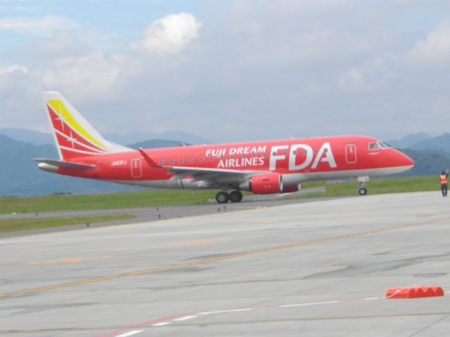 ねこねこちゃんさんが、静岡空港で撮影したフジドリームエアラインズ ERJ-170-100 (ERJ-170STD)の航空フォト(飛行機 写真・画像)