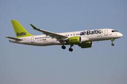 TIA spotterさんが、ロンドン・ガトウィック空港で撮影したエア・バルティック A220-300 (BD-500-1A11)の航空フォト(飛行機 写真・画像)