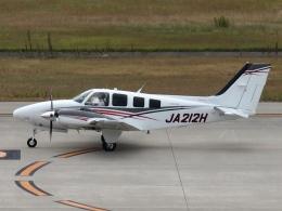 FT51ANさんが、神戸空港で撮影した学校法人ヒラタ学園 航空事業本部 G58 Baronの航空フォト(飛行機 写真・画像)