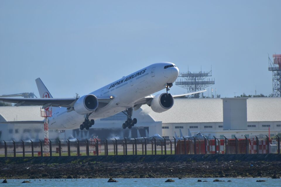 うめたろうさんの日本航空 Boeing 777-300 (JA735J) 航空フォト