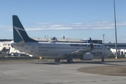 thomasYVRさんが、カルガリー国際空港で撮影したウェストジェット 737-8CTの航空フォト(飛行機 写真・画像)
