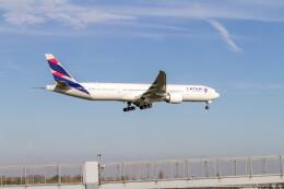 jombohさんが、ロンドン・ヒースロー空港で撮影したラタム・エアラインズ・ブラジル 777-32W/ERの航空フォト(飛行機 写真・画像)
