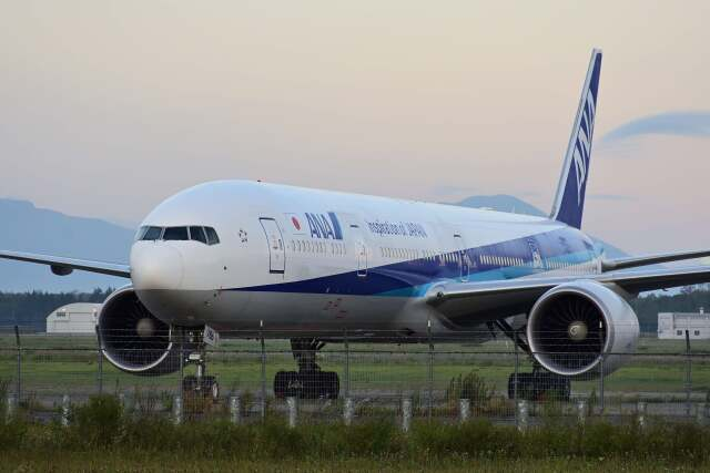 YouKeyさんが、新千歳空港で撮影した全日空 777-381/ERの航空フォト(飛行機 写真・画像)
