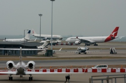 Hiro-hiroさんが、香港国際空港で撮影したエワ・エア BD-700-1A10 Global Expressの航空フォト(飛行機 写真・画像)